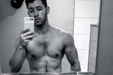 Nick Jonas ustionato mostra i muscoli su Instagram, la foto