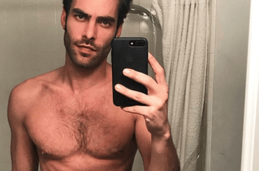 Jon Kortajarena nudo per sbaglio su Instagram Stories, le foto