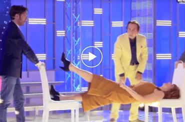 Giucas Casella ipnotizza Vladimir Luxuria: 'il tuo corpo diventerà duro e rigido' – il video
