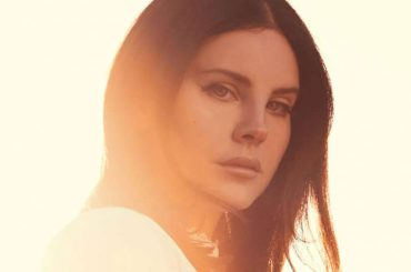 Lana Del Rey sbrocca ad un fan per un selfie, video