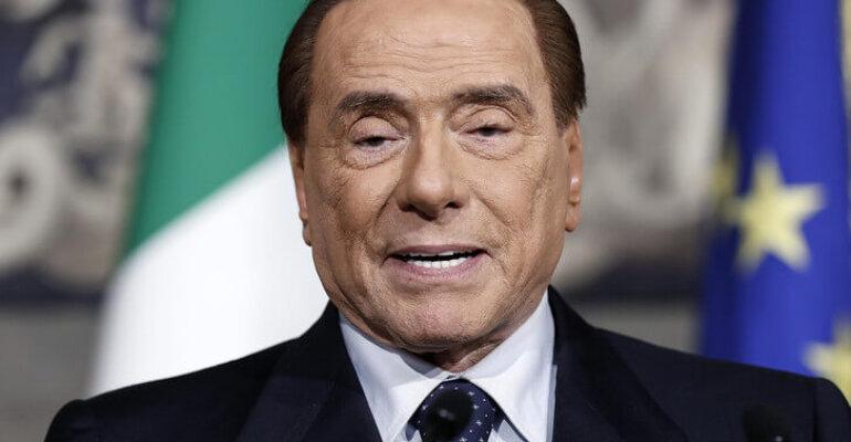 Silvio Berlusconi a un ragazzino: 'togli l'orecchino, è da femmine'