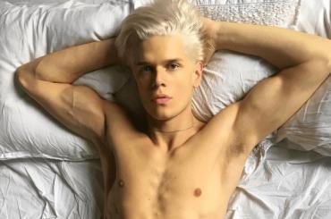 Alessandro Egger di Pechino Express, biondo platino e (semi)nudo – le foto social