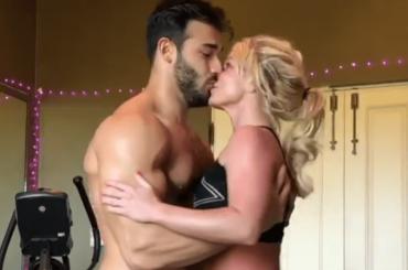 Sam Asghari  balla mezzo nudo con Britney Spears, il video