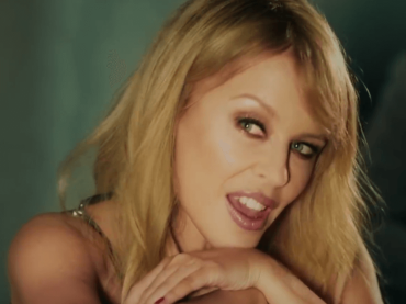 Kylie Minogue feat. Gente De Zona, il video ufficiale di Stop Me from Falling