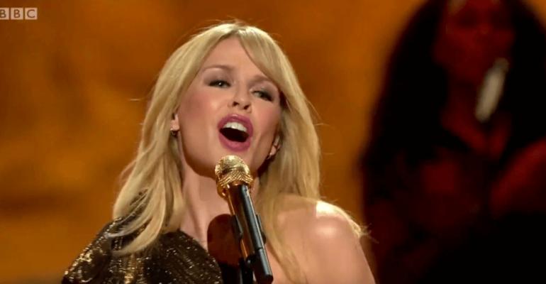 Kylie Minogue canta Stop Me From Falling al compleanno della REGINA ELISABETTA II – video