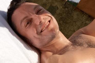 Tiziano Ferro, selfie con muscoli, capezzolo e petto villoso – foto social