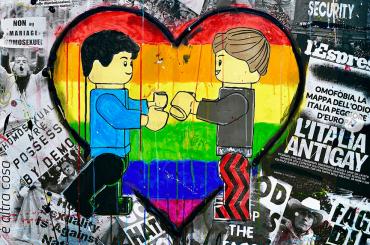 Benjamin Mascolo di Benji e Fede dipinge un quadro contro l'omofobia, la foto social