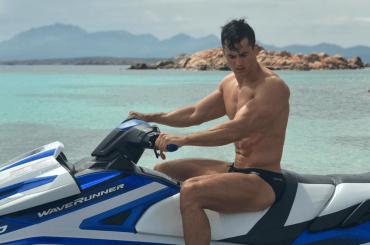 Pietro Boselli gnocco in costume in Sardegna, le foto social