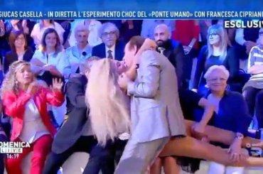 Giucas Casella ipnotizza Francesca Cipriani che al risveglio bacia tutti, il video