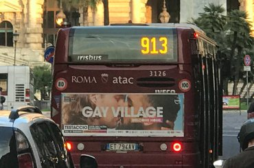 Gay Village 2018, baci gay sui bus di Roma – foto