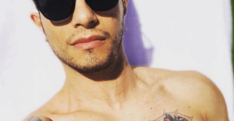 Marco Carta, primo selfie in spiaggia del 2018 – foto