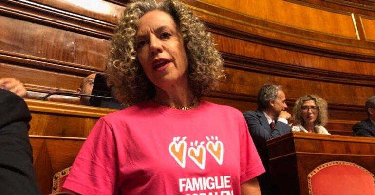Monica Cirinnà dà il benvenuto a Lorenzo Fontana con la maglietta di FAMIGLIE ARCOBALENO – foto