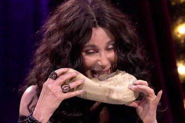 Cher show da James Corden mangia lingua di mucca pur di non complimentarsi con Donald Trump – video
