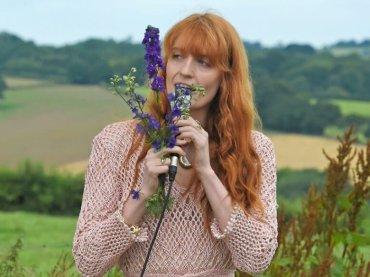 Florence Welch confessa: 'ho un profilo Tinder' – ecco la sua bio