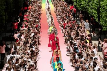 Louis Vuitton, sfilata rainbow per la settimana della moda parigina