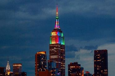 New York, l'Empire State Building si tinge d'arcobaleno per celebrare il PRIDE – foto