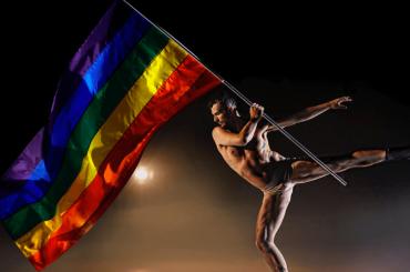 Eric Radford, l'olimpionico pattina con la bandiera rainbow per celebrare il Pride – video