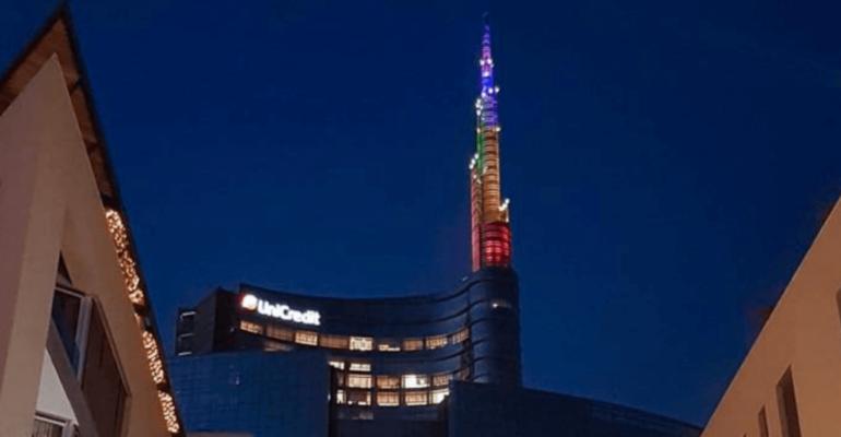 Milano Pride 2018, anche la torre  Unicredit diventa arcobaleno – foto