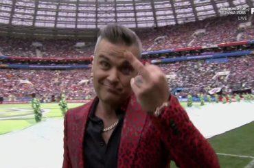 Robbie Williams, dito medio in diretta ai mondiali di Russia 2018