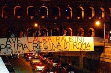 'Ave Laura Pausini, Regina di Roma', striscione con vista sul Colosseo prima dei concerti al Circo Massimo