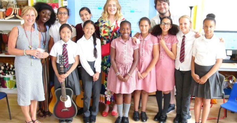 Adele, visita a sorpresa ad un coro di bambini – foto e video
