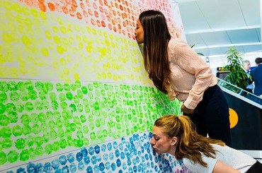 Heathrow celebra il London Pride con una bandiera rainbow composta dai baci dei passeggeri – video