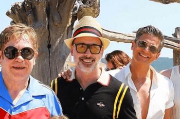 Elton John, Neil Patrick e famiglie in vacanza insieme – la foto di gruppo