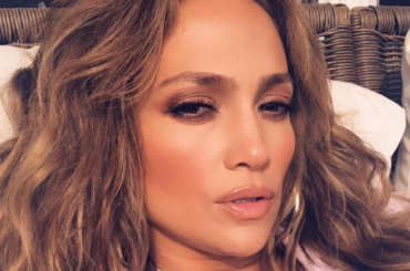 Jennifer Lopez, 49 anni e non sentirli – il selfie da topa fotonica