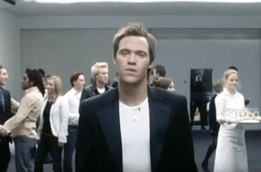 Will Young vende i due Brit Awards vinti e dona il ricavato ad un canile
