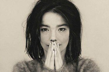 Björk, 25 anni fa usciva il suo primo album da solista: DEBUT