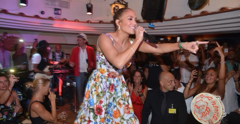 """Jennifer Lopez in un ristorante di Capri sale sul tavolo e canta """"Let's Get Loud"""" – video"""
