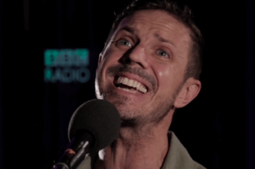 Jake Shears, live acustico con I Dont Feel Like Dancin'  e Creep City – video