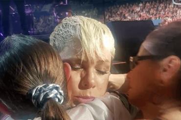 Pink interrompe il concerto per abbracciare una fan a cui è morta la mamma – video