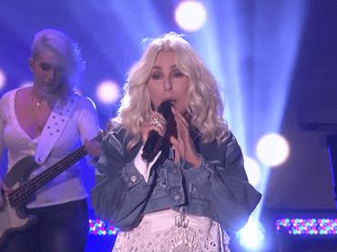 Cher, canta  SOS degli ABBA da ELLEN – VIDEO