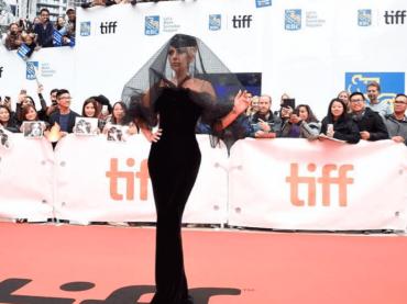 A Star is Born, Lady Gaga è Morticia Addams sul red carpet del Toronto Film Festival – foto