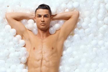 Cristiano Ronaldo in mutande tra le palle per la nuova campagna CR7 Underwear