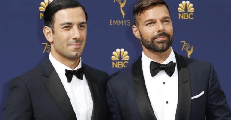 Emmy 2018, Ricky Martin bacia Jwan Yosef dopo il trionfo di ACS: Versace  – video