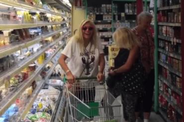 Mara Venier si gode la vittoria su Barbara D'Urso… facendo la spesa al supermercato: il video social