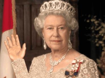 Elisabetta II, mano guantata finta per salutare senza stancarsi – l'incredibile verità della figlia ANNA