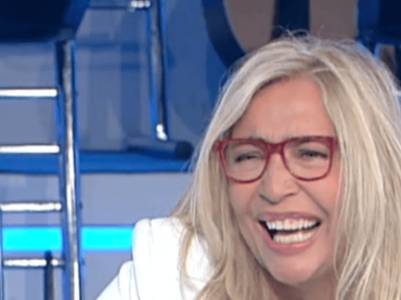 Mara Venier, incidente in diretta con il tabellone del cruciverbone: 'me fa male' – VIDEO