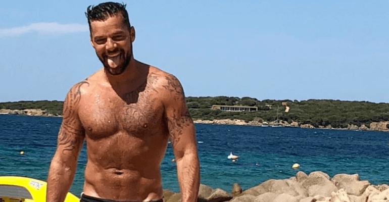 Ricky Martin, strizzatona di pacco social – il video
