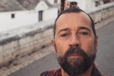 Untraditional, Fabio Volo nudo (con apparente ciolla da Oscar) – il video