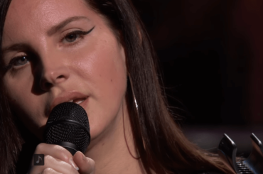 Lana Del Rey live con l'inedito How To Disappear – video