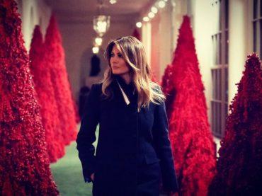 Melania Trump, le decorazioni natalizie rosso sangue diventano subito MEME – gallery