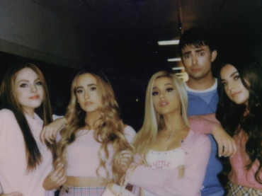 Jonathan Bennett torna Aaron Samuel nel nuovo video di Ariana Grande a tema MEAN GIRLS – foto