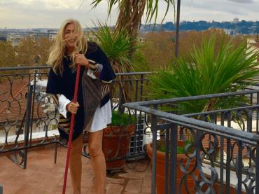Mara Venier alle prese con le cacche dei gabbiani, la pulizia social – foto