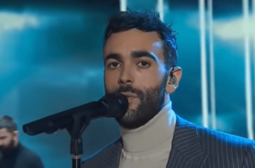 "Marco Mengoni, primo live tv con ""Hola""  – video"