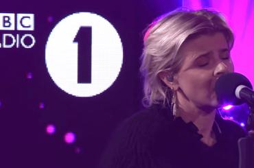 Robyn canta (e stravolge) Last Christmas degli WHAM, il video