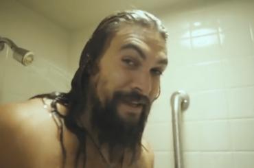 Jason Momoa, doccia dietro le quinte del SNL – video