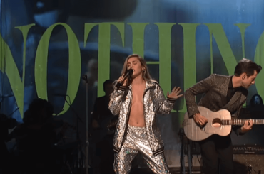 Miley Cyrus, primo live al SNL per Nothing Breaks Like a Heart e (Happy Xmas) War Is Over  – video